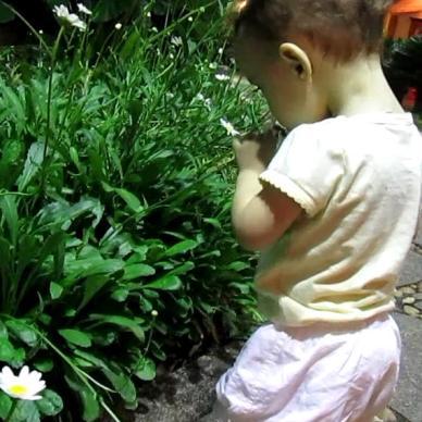 Bárbara cheirando a flor